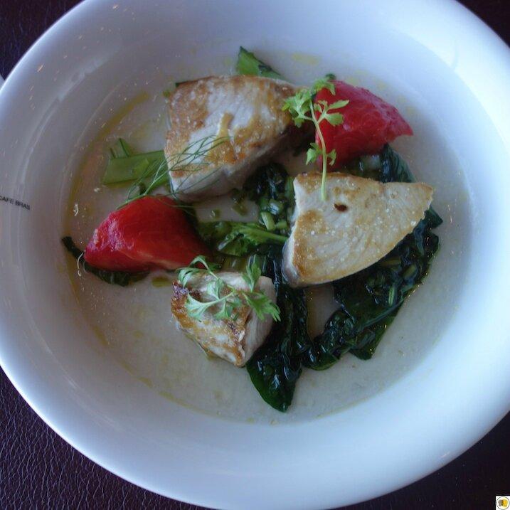 Filet de thon blanc snacké, tomate et bouillon à la coriandre