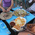 repas au restaurant local avec l'injera et des pâtes