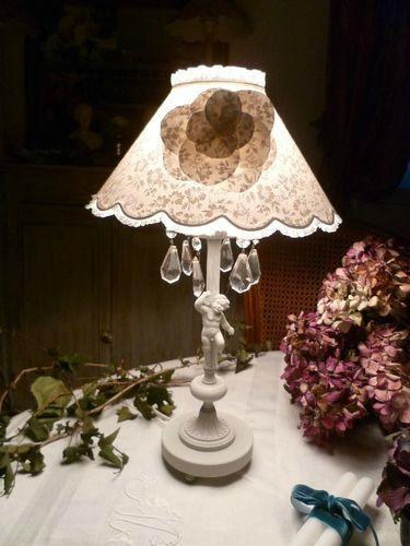 Grande lampe chérubin patine grise abat-jour tissu fleurs
