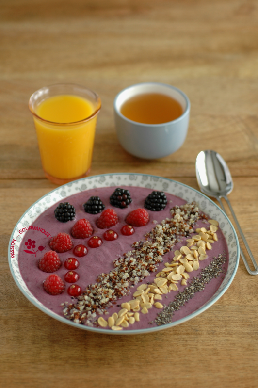Smoothie bowl mûre, banane, fruits rouges & graines_2