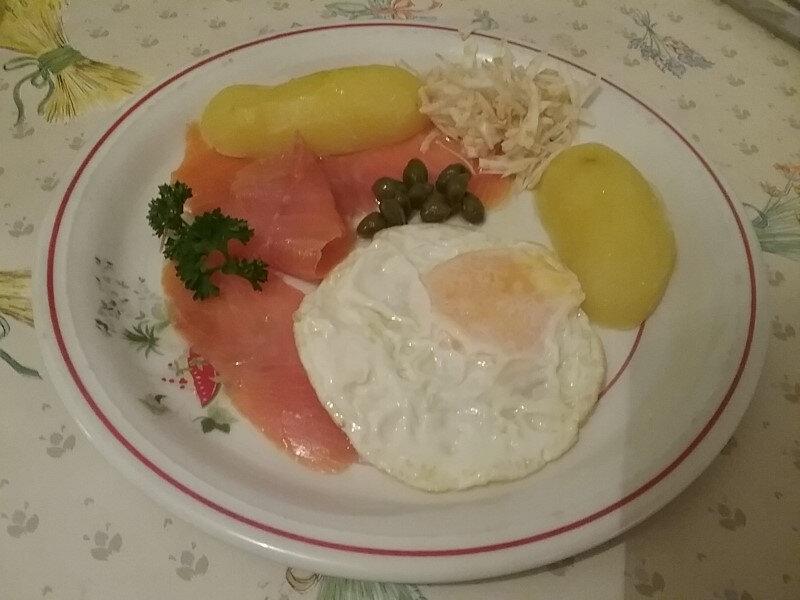 Salade de filets de truite fumée tièdes aux oeufs miroir et pommes de terre sautées 1