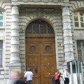 Une grande porte et des flikette qui gueule pour un rien