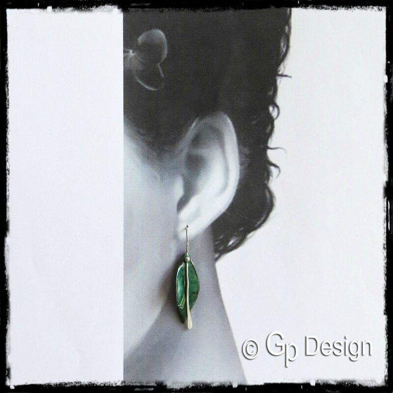 Boucles d'oreille pendantes feuille design émaux sur cuivre argent 950 portées