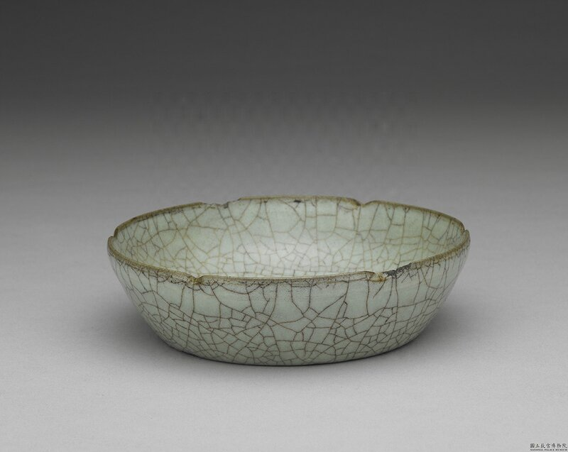 Dish with hibiscus shaped rim in celadon glaze, Guan ware, Southern Song Dynasty