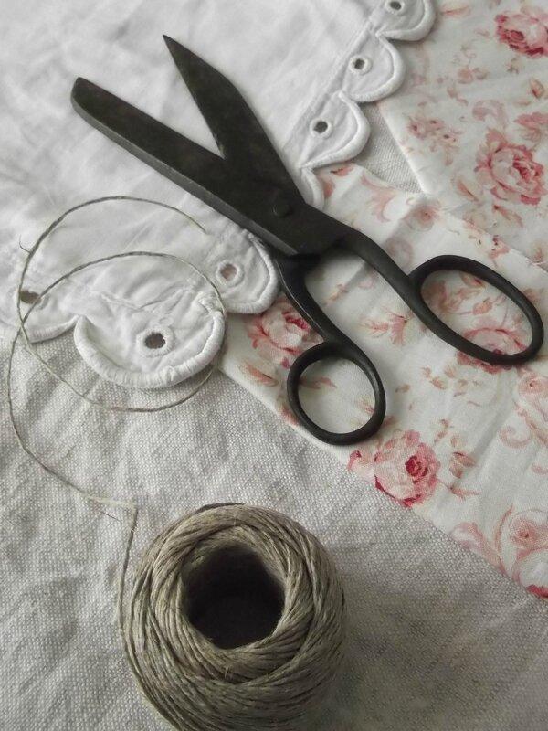 Anciens ciseaux et tissus rose pâle