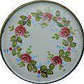 Grand bouton plat émaillé peint décor de roses - xixe s.