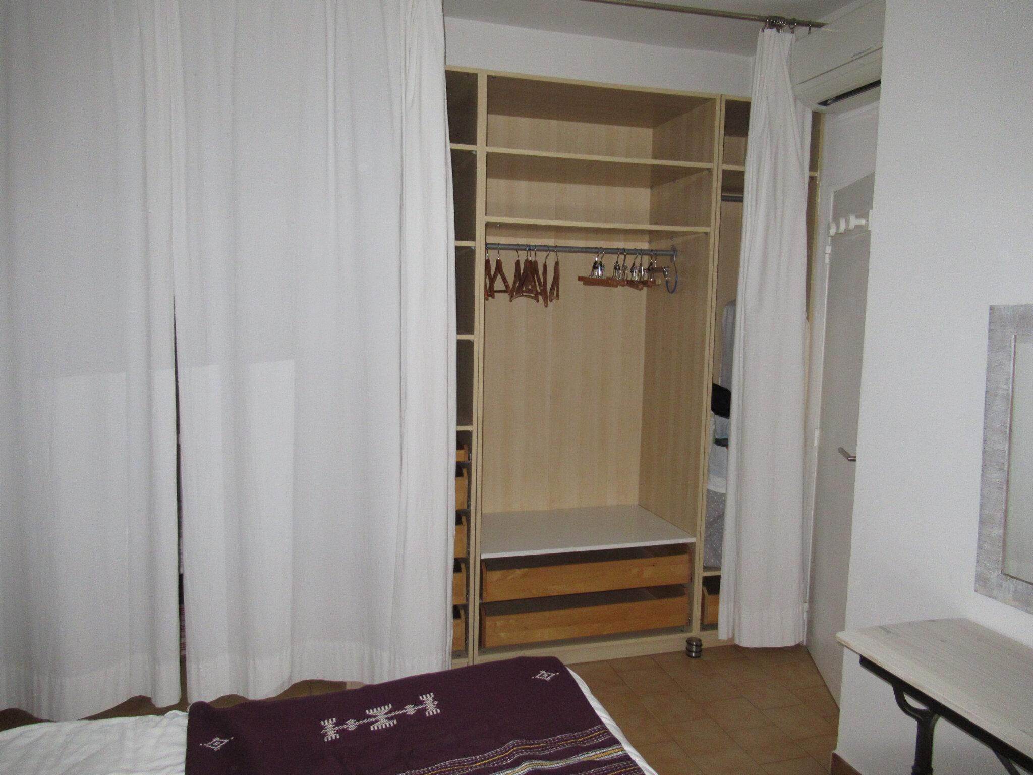 Les rideaux ferment le grand dressing et l'alcôve pour bébé