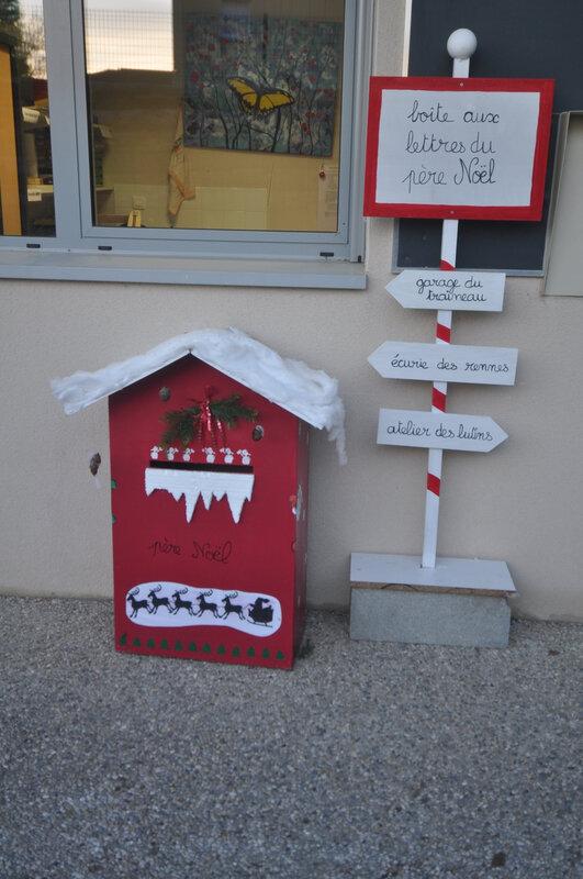 La boite à lettre du père Noël devant la bibliothèque