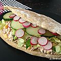 Sandwich avec pain maison et garniture fraîcheur