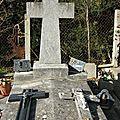 Cimetière de l'église de Vals en Ariege Pierres tombales, crucifix et tombes (1) 800x600
