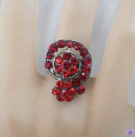 Bague Fantaisie Fleur Malaya Strass Crystal Couleur Rouge Métal Couleur Argenté Gris