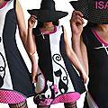 Une robe Chats Noire et Blanc cassé Bicolore Mode Printemps 2015 à application patch Imprimé Coeurs Rose Fuchsia et imprimé Fleurs seventies Violet et rose poudré en clin d'oeil