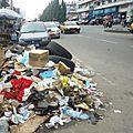 Qu'est ce qui explique le fait que le cameroun soit laissé en si pitoyable état de poubelle ?