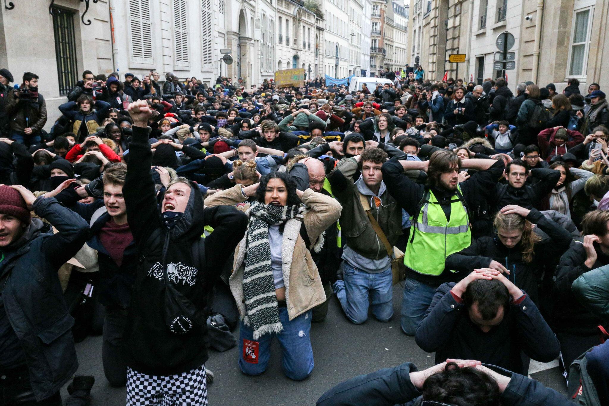 Étudiants et lycéens à genoux en solidarité avec les jeunes de Mantes-la-Jolie. © Michel Stoupak. Mar 11.12.2018, 14h25m27.