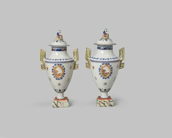 Pair of urns and covers, Qing dynasty, Jiaqing period (1796-1820), circa 1800-1820