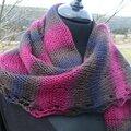 Une etole- châle avec une bordure dentelle tricotée en rondeur....
