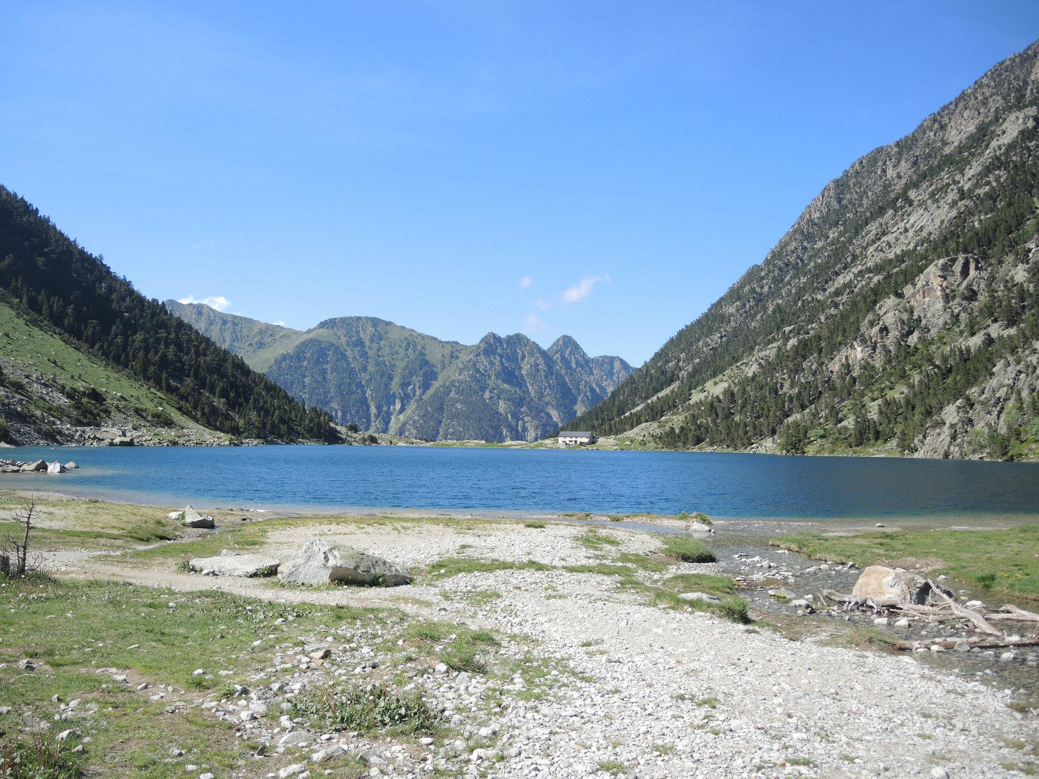 Lac de Gaube, rive sud, lac et restaurant (65)