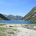 Lac de Gaube, rive sud, lac et restaurant (65)