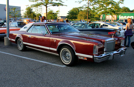 Lincoln_continental_mark_V_2door_hardtop_coup___Rencard_du_Burger_King_juin_2010__01