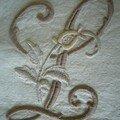 L à la rose sur tissu écru (10 cm de haut)