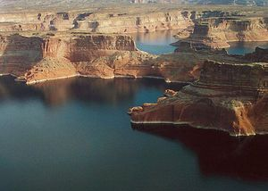 800px_Lake_Powell_Above_Wahweap_Marina