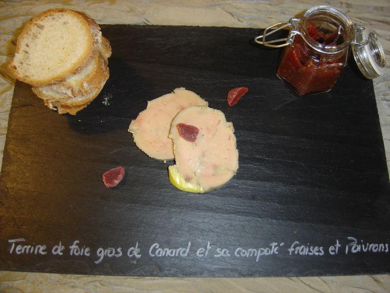 Terrine de foie gras et sa confiture de fraise et poivrons rouges