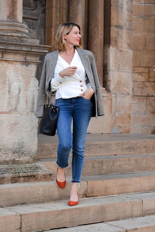Blazer à carreaux et blouse délicate (11)