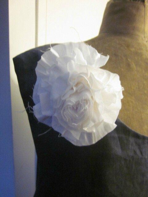Robe EUPHRASIE en lin gris anthracite - portée sur un jupon CLEMENTINE en lin blanc - broche fleur EVELYNE en lin blanc - Taille 56 (5)