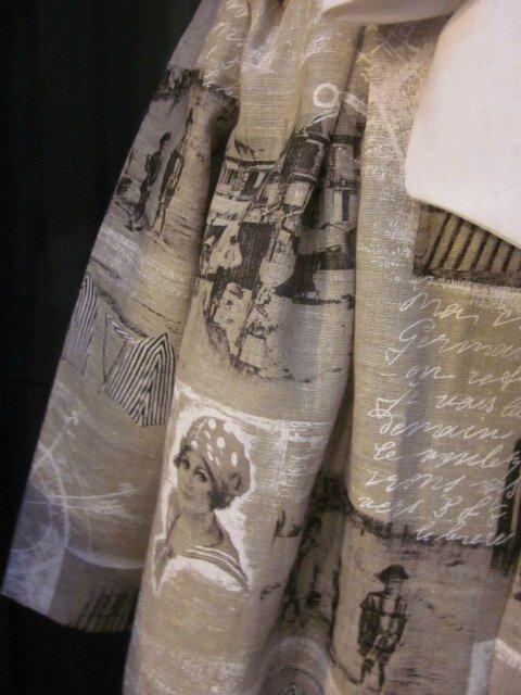 Manteau AGLAE en lin brut imprimé cartes postales anciennes en noir et blanc, fermé par un noeud de lin blanc (6)