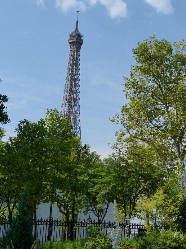vue sur la tour eiffel depuis jardin galliera