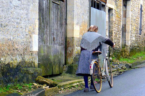 femme au vélo monte